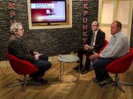 """In der """"Eckpunkte""""-Sendung diskutiert Moderator Stefan Weinert (links) mit Harald Klein von der KLB im Bistum Trier und Landwirt Niko Billen (rechts). Foto: Sebastian Lindemans"""